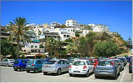 Agia Galini: Blick vom Hafen auf das Dorf